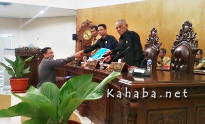 Anggota DPRD Kota Bima Syamsurih saat menyerahkan hasil laporan pada Paripurna ke Pimpinan. Foto: Bin