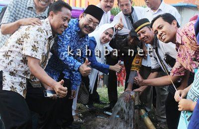 .- Anggota Komisi VII DPR RI H. Kurtubi didampingi Anggota DPRD Kota Bima Muthmainnah saat peresmian sumur bor. Foto: Bin
