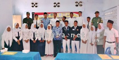 Asisten II Setda Kabupaten Bima H. Muzakkir usai membuka LDK OSIS. Foto: Ady