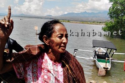 Asnah saat memprotes penimbunan laut Amahami. Foto: Bin