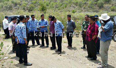 Bagian APU setda Kota Bima saat bersama tim Provinsi NTB meninjau lokasi Pal batas. Foto: Eric