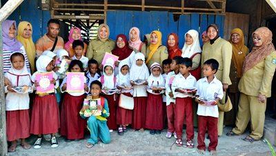 Bupati Bima foto bersama guru dan murid MIS. Foto: Hum