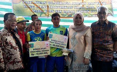 Bupati, Wakil Bupati dan Sekda Kabupaten Bima foro bersama Adrian atlet PON. Foto: Hum
