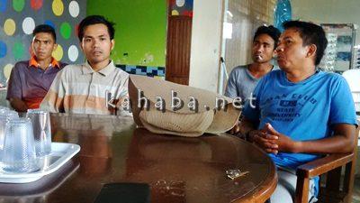 Eki (Dua Dari Kiri) penjaga Kolam Arema didampingi pemilik Arema dan karyawan lainnya. Foto: Bin