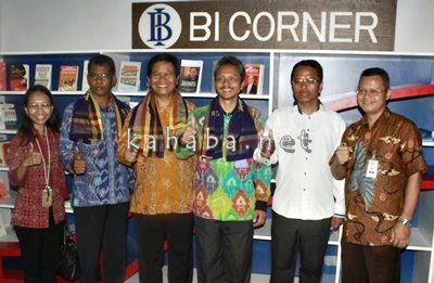 Foto bersama usai peresmian BI Corner di STIE Bima. Foto: Bin