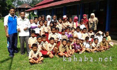 Guru Sukarela di Tambora saat berpose bersama siswa. Foto: Ady