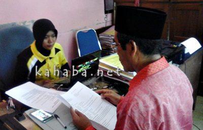 H. Anwar saat melapor tetangganya ke Polisi. Foto: Deno