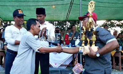 H. Muhammad Lutfi saat menyerahkan hadiah. Foto: Ady