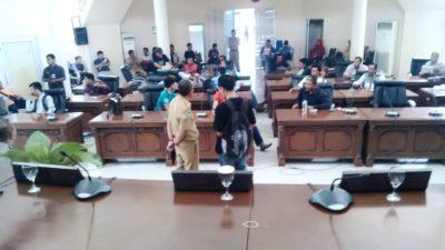 Warga Dara saat duduki ruang rapat utama DPRD Kota Bima. Foto: Bin