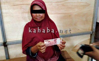 IY saat menunjukan uang palsu di kantor Polsek Rasanae Barat. Foto: Deno