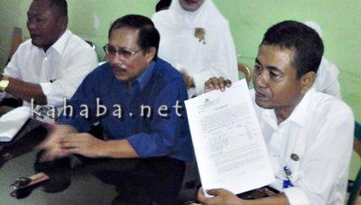 Kabid Pelayanan RSUD Bima Heru Joko S (Kanan) menunjukan bukti tes DNA. Foto: Deno