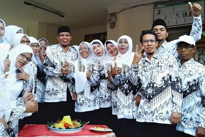 Keceriaan para Guru SDN 02 Kota Bima memperingati Hari Guru Nasional. Foto: Ady