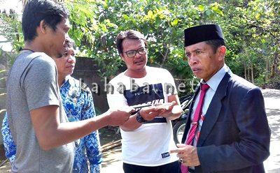 Kepala Dinas Dikpora H. Alwi Yasin saat diwawancarai sejumlah wartawan. Foto: Eric