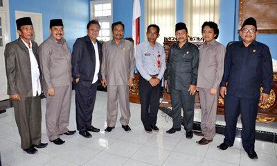 Kepala Dinas Dikpora Kota Bima H. Alwi Yasin saat foto bersama dengan Anggota DPRD Bangkalan. Foto: Hum