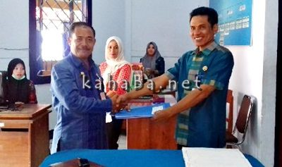 Kepala Dinsosnakertrans Kota Bima H. Muhidin saat menyerahkan berkas calon sekda. Foto: Eric