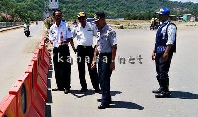 Kepala Dishubkominfo Kota Bima, H. Julkifli saat tinjau lalu lintas di dua jalur Amahami. Foto: Bin