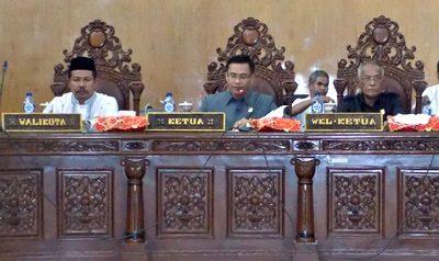 Ketua DPRD Kota Bima Feri Sofiyan (Tengah) saat pimpin Paripurna. Foto: Dok. Humas DPRD Kota Bima