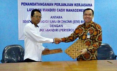 Ketua STIE Bima Firdaus dan pihak Bank Mandiri usai menandatangi MoU Program MCM. Foto: Dok. STIE Bima