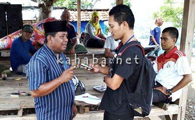 Lurah Jatiwangi Muhammad saat diwawancara Kahaba.net. Foto: Bin