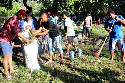 Madasigi dan warga saat gotong royong bersihkan kuburan. Foto: Bin