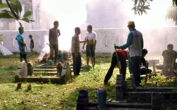 Madasigi dan warga setempat saat gotong royong. Foto: Dok. Madasigi