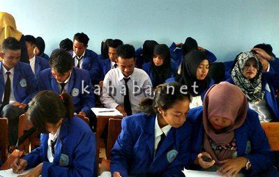 Mahasiswa STIE Bima saat mengikuti UTS ganjil. Foto: Bin