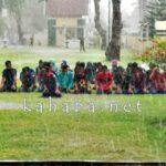 Diguyur Hujan, Mahasiswa Sholat Dzuhur di Halaman Kantor Walikota