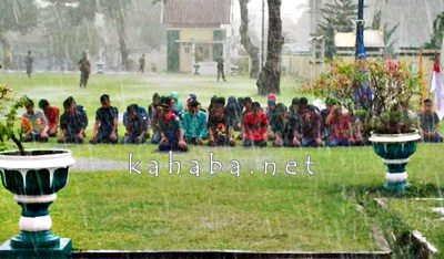Mahasiswa STISIP yang menggelar aksi didepan Kantor Walikota Bima sholat ditengah hujan deras. Foto: Ady