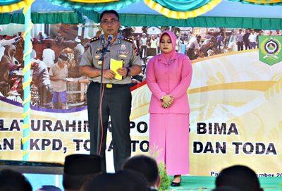 Mantan Kapolres Bima AKBP. Gatut Kurniadin SIK dan isteri saat acara Sertijab. Foto: Hum