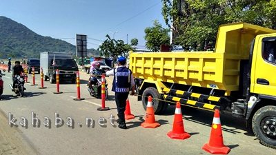 Marka jalan yang dipasang di jalur dua Amahami. Foto: Ady