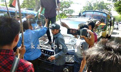 Massa HMI menyandera sejumlah kendaraan. Foto: Deno