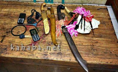 Parang, golok, panah, kunci segitiga dan kunci T yang diamankan Polisi. Foto: Ompu