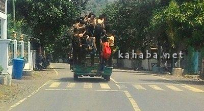Pelajar saat berdesak-desakan diatas atap angkutan umum. Foto: Ompu