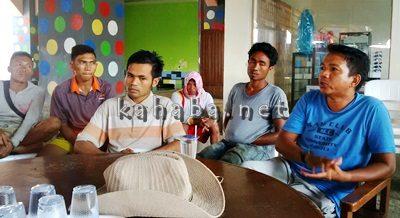 Pemilik Pemandian Arema Harun Zakariah (Kanan) bersama karyawannya. Foto: Ady