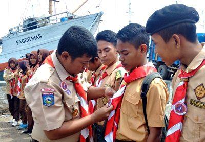 Penyematan Pin Peduli kepada 71 adik-adik Pramuka. Foto: Bin