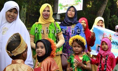 Peserta Pawai Budaya menyambut Hari Ibu. Foto: Bin