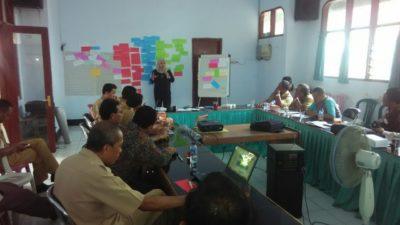 Pokja Desa Tertinggal saat pertemuan membahas poin draf renstra di Aula Bappeda Kabupaten Bima. Foto: Ady