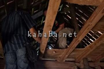 Proses evakuasi jasad Hasim yang tewas gantung diri. Foto: Ompu