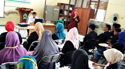 Rostiati Dahlan saat menyampaikan materi pada Pelatihan Tenaga Kerja. Foto: Hum