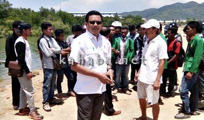 Syamsurih saat turun meninjau penimbunan Amahami bersama anggota Komisi III DPRD Kota Bima. Foto: Bin