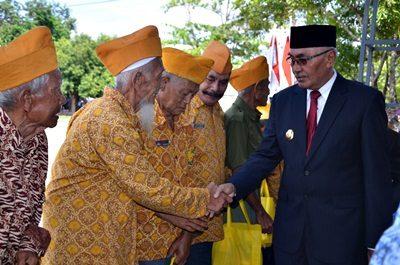 Wabup Bima saat menyerahkan santunan ke veteran. Foto: Hum