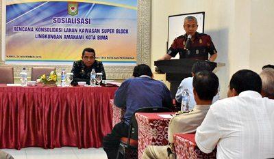 Wakil Walikota Bima saat menyampaikan sambutan pada acara Sosialisasi Penataan Lahan Kawasan Super Block Amahami. Foto: Hum