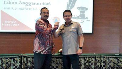 Walikota Bima HM. Qurais H. Abidin bersama Kepala BNPB Willem Rampangilei. Foto: Hum