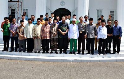 Walikota Bima foto bersama dengan Tokoh Agama dan Tokoh Masyarakat Kota Bima. Foto: Hum