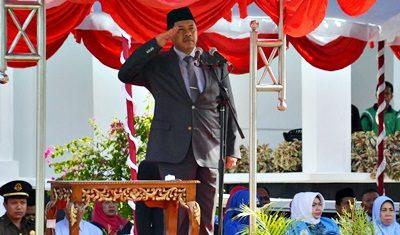 Walikota Bima memberi hormat saat upacara Hari Pahlawan. Foto: Hum