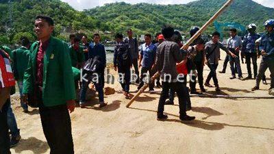 Warga Dara dan Mahasiswa saat mengusir pekerja penimbunan laut Amahami. Foto: Bin