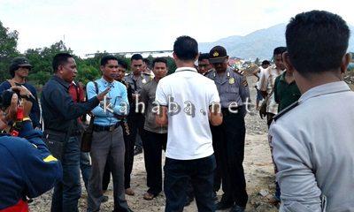 Warga Dara saat mengusir pekerja timbunan Amahami. Foto: Deno