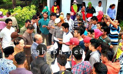 Warga Desa Parangina saat diterima anggota DPRD Kabupaten Bima. Foto: Deno