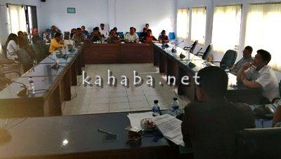 Warga Mande saat mengadu ke DPRD Kota Bima. Foto: Ady