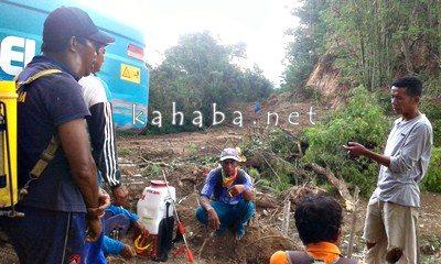 Warga saat hentikan proyek pelebaran jalan di Desa Kambilo. Foto: Firman